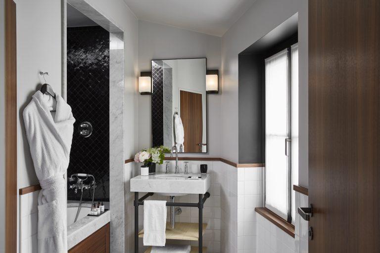 Le Roch Deluxe Room bathroom 16022-HD