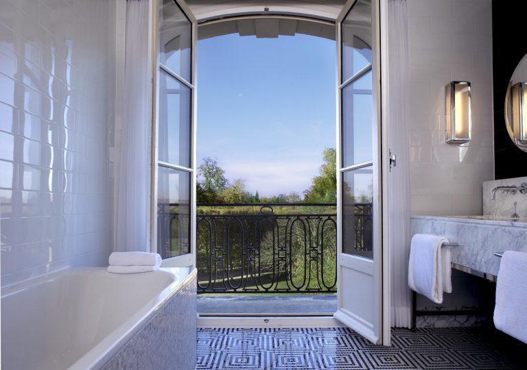 Waldorf Astoria Versailles - Trianon Palace hbg3 salle de bain vue parc.jpg