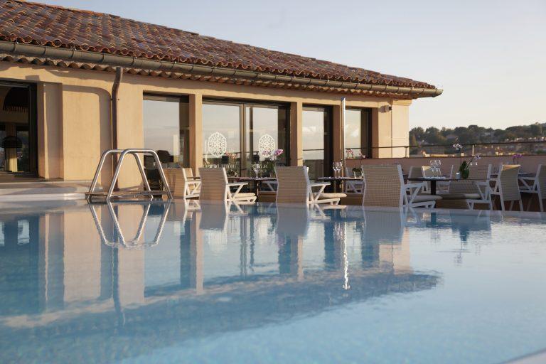 Hôtel de Paris Saint-Tropez_restaurant les toits hotel de paris saint tropez pool side