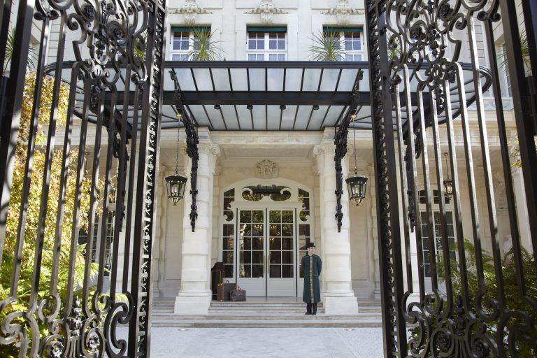 Shangri-La Hotel, Paris_entrance with doorman C
