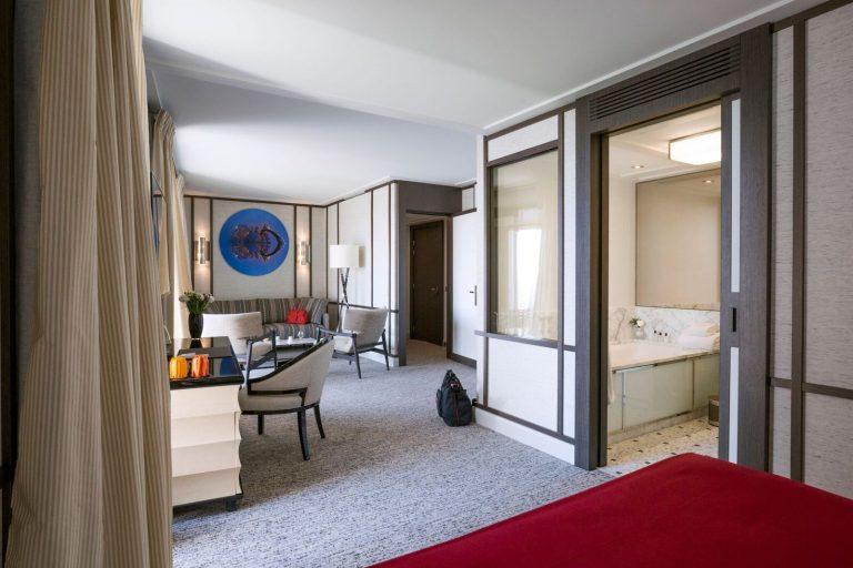 Suite-salon-decoration-jacques-grange-Villa-Maïa-Ho…milleMoirenc8